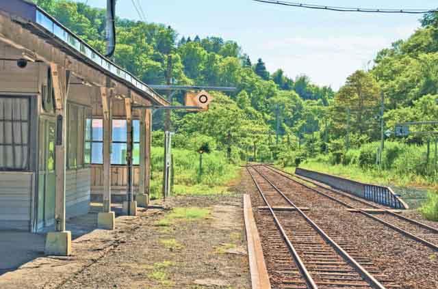 【商用可】イラスト風背景素材「無人駅の風景」その2:峠下駅