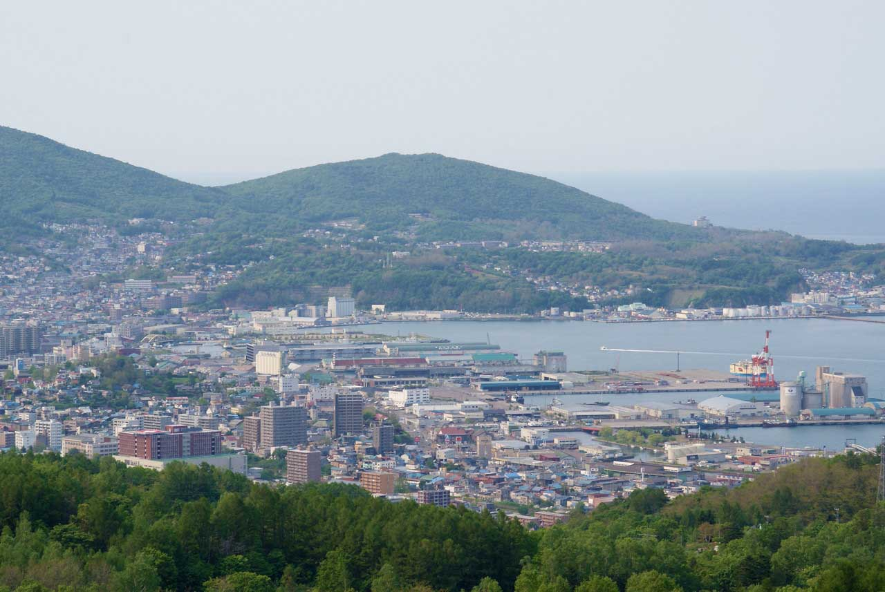 写真:小樽撮影スポットその1「ワインの丘」小樽港