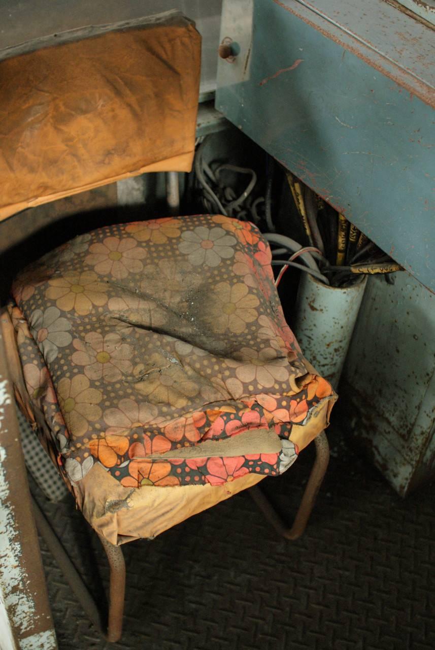 住友赤平炭鉱立坑内部の朽ちた椅子