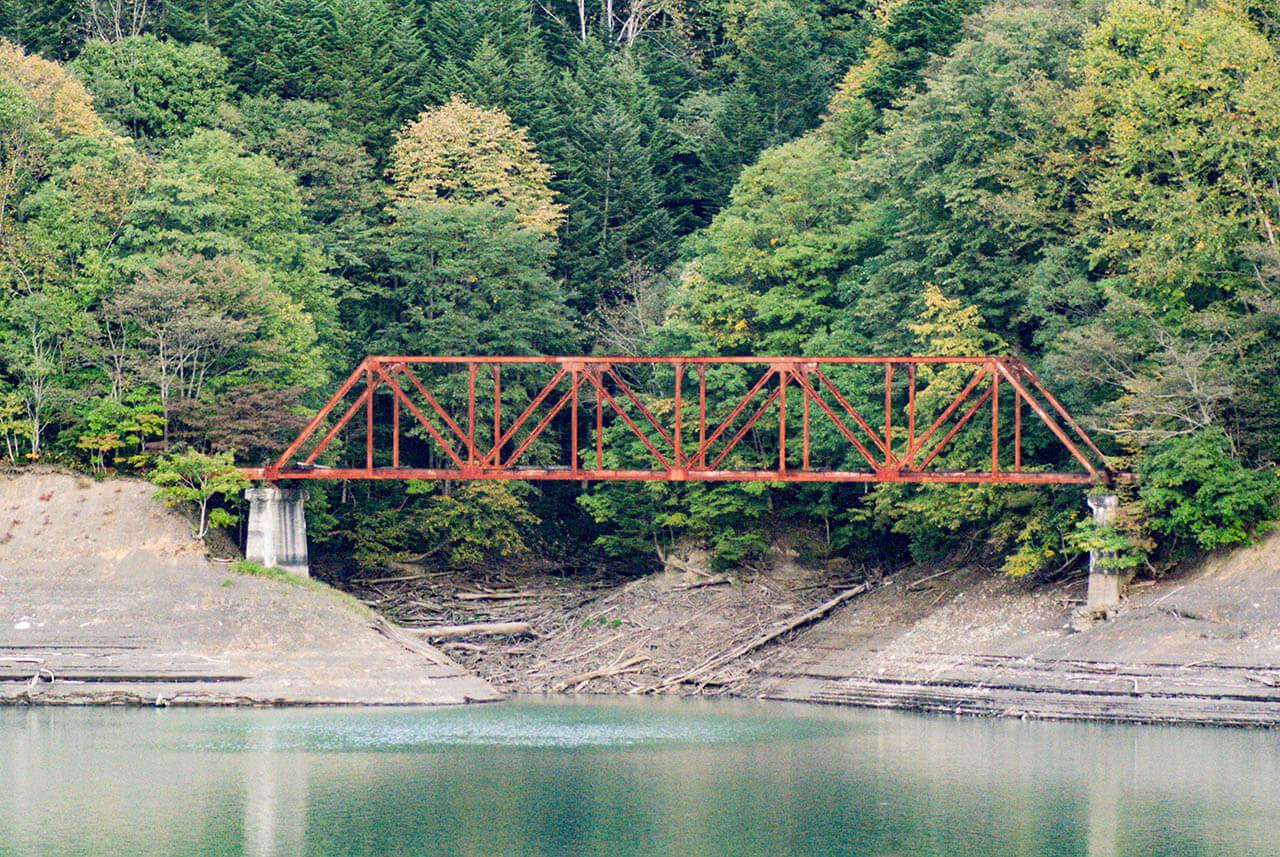 シューパロ湖にかかる鉄橋