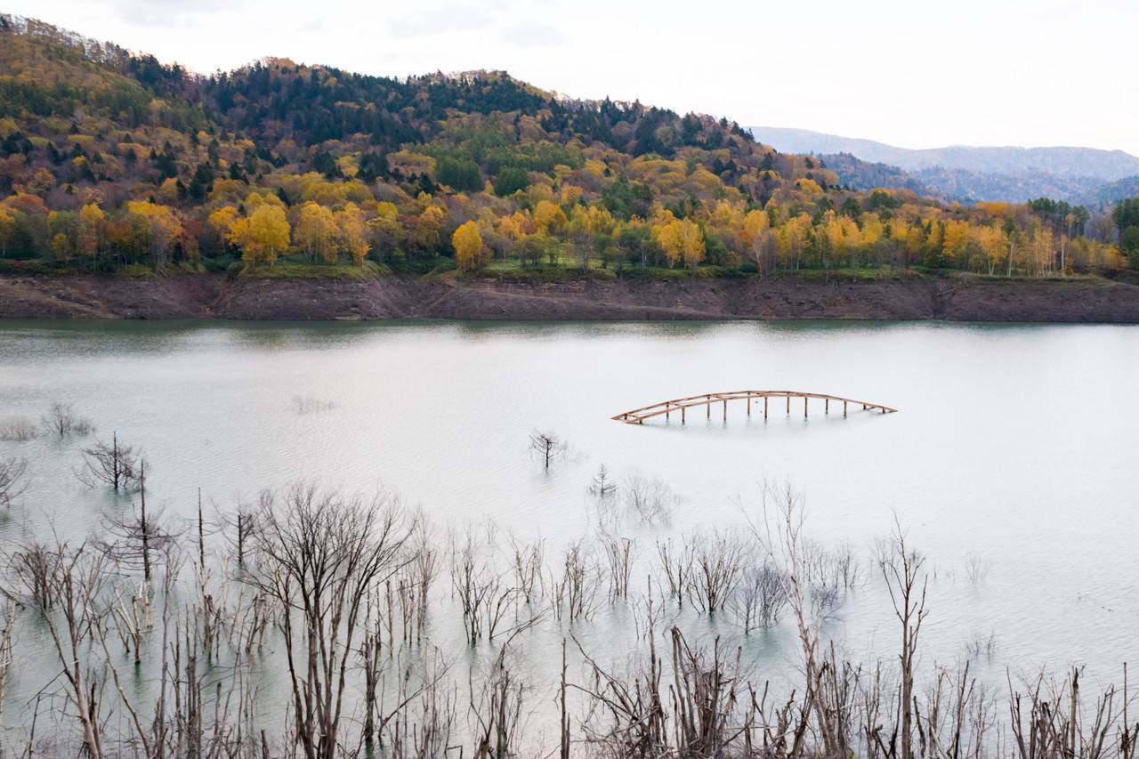 シューパロ湖に沈む橋