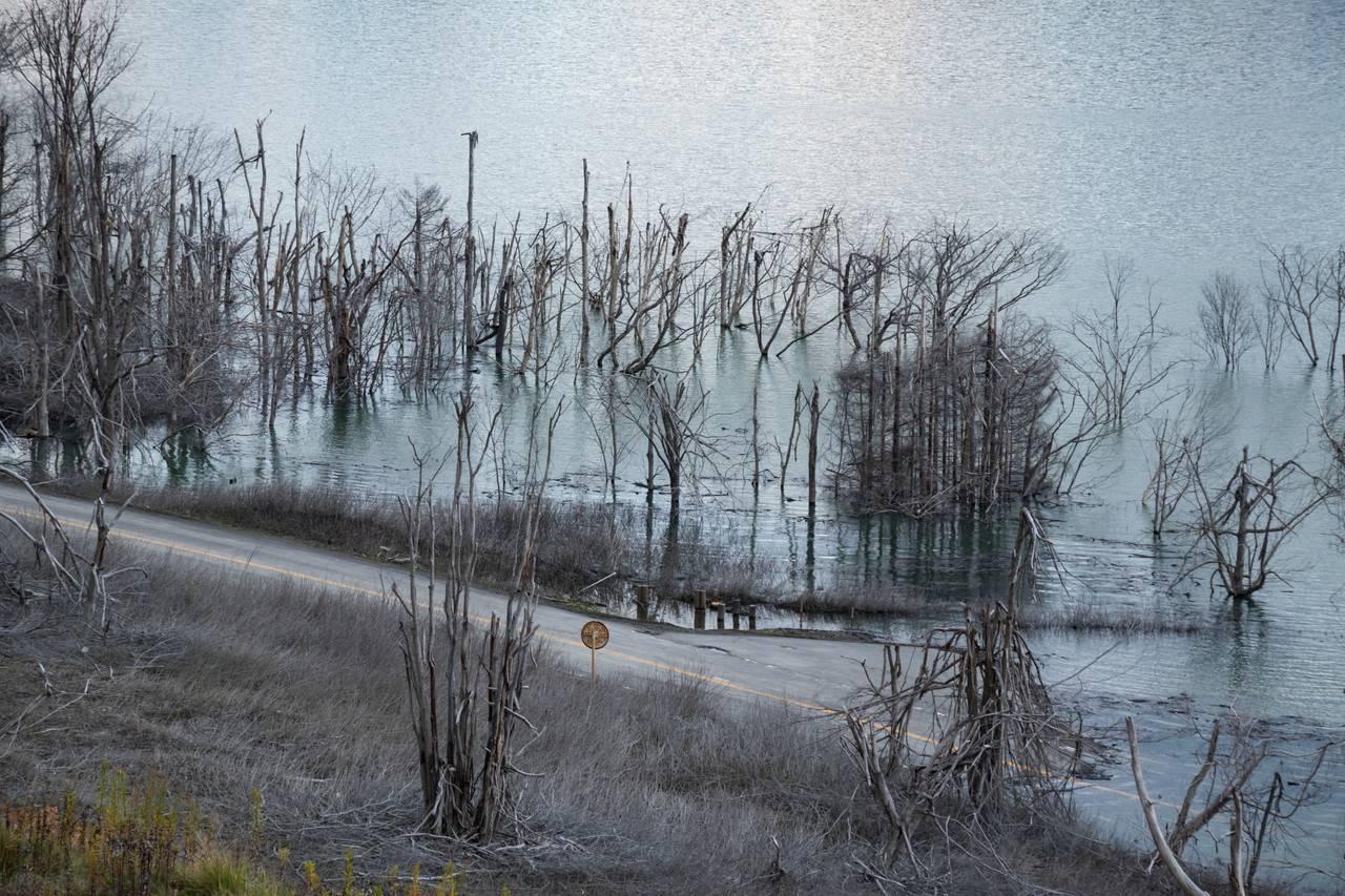 シューパロ湖に沈む道路