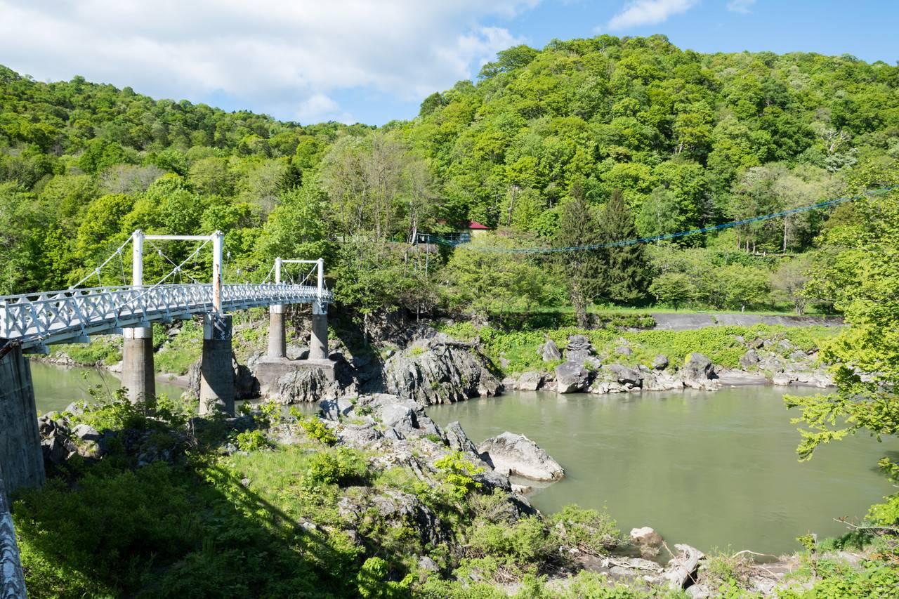 神居古潭の神居大橋と石狩川