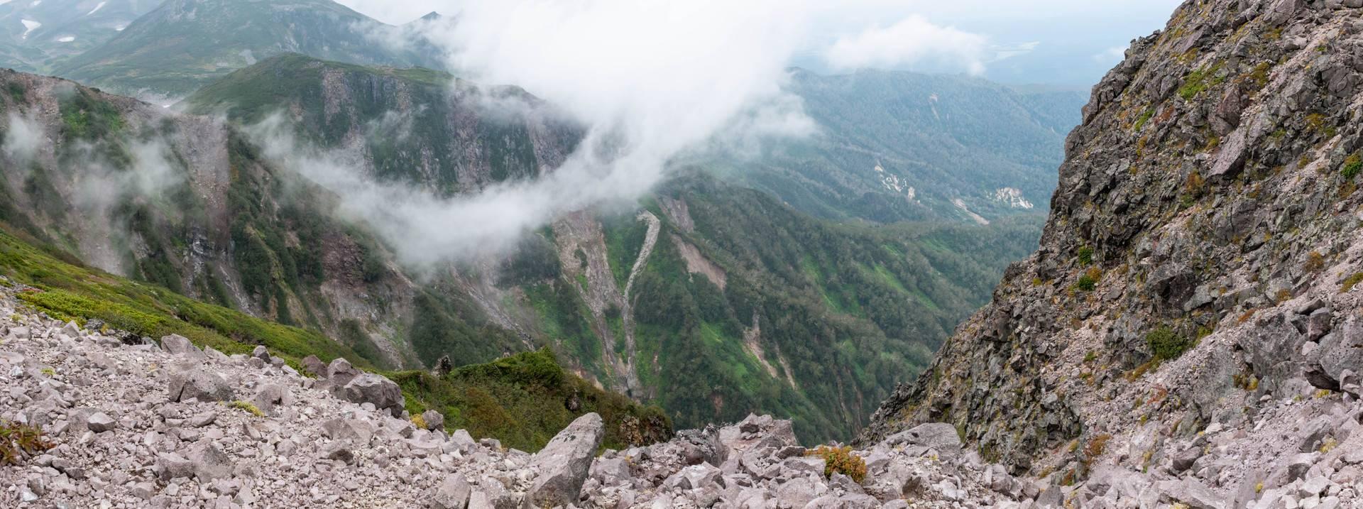 黒岳山頂の崖