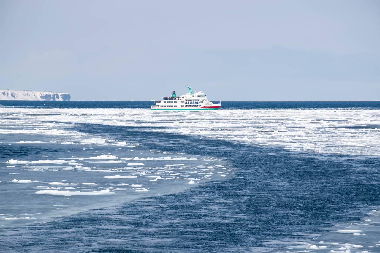 流氷帯の中にいる砕氷船おーろら2