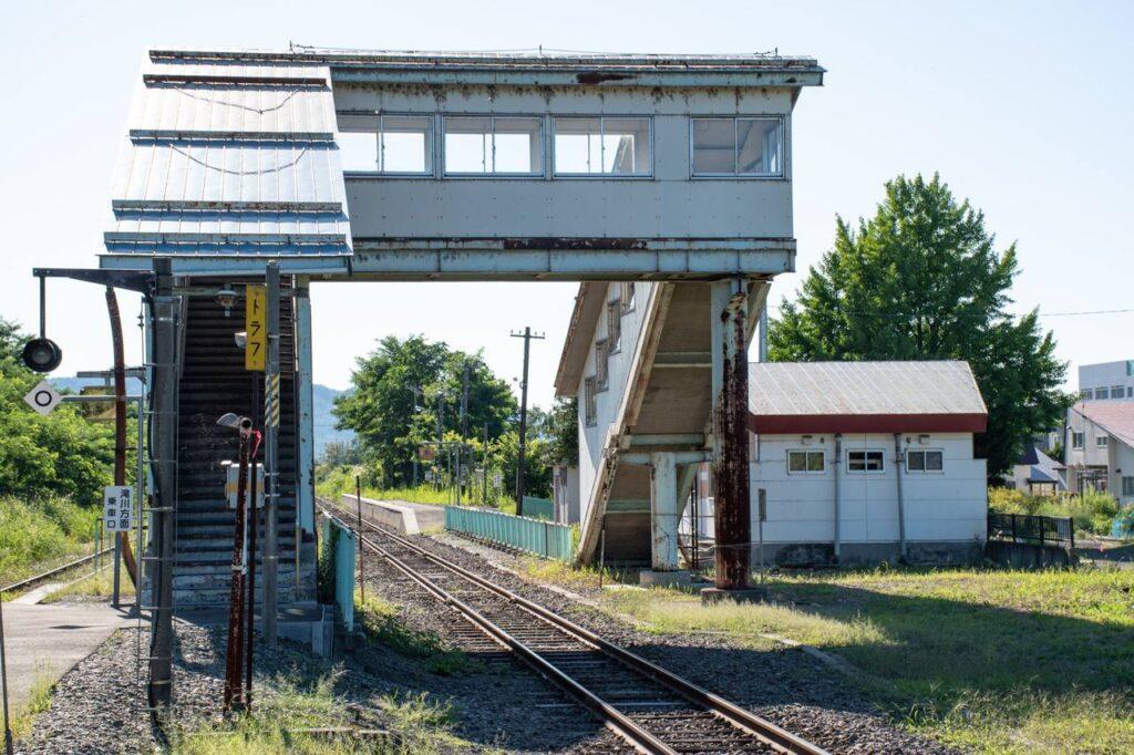 平岸駅ホームと跨線橋